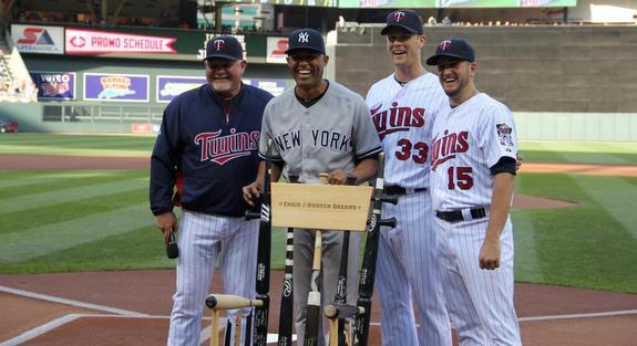 The Twins gave Mo a chair made out of broken bats. Genius. (Photo via @Twins)