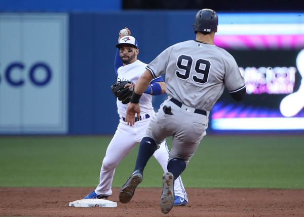 Hicks, Sanchez star as Yankees beat Blue Jays